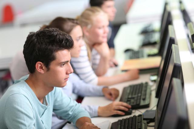 Schüler arbeiten vor dem Computer im Informatikunterricht