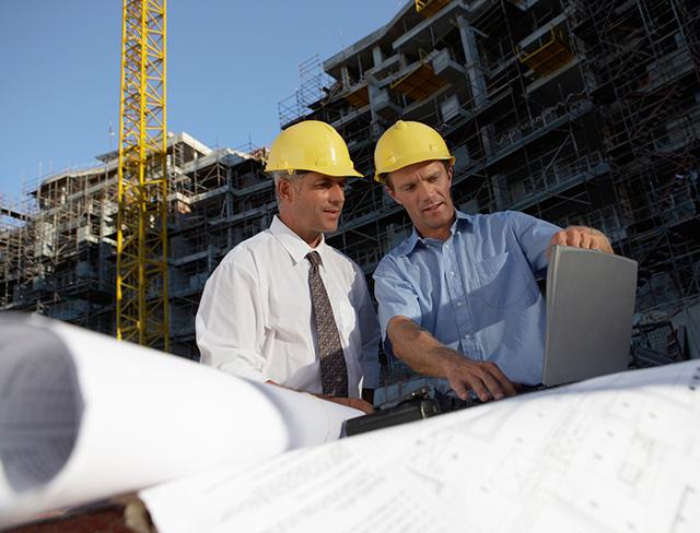 Zwei Ingenieure vor einem Projekt