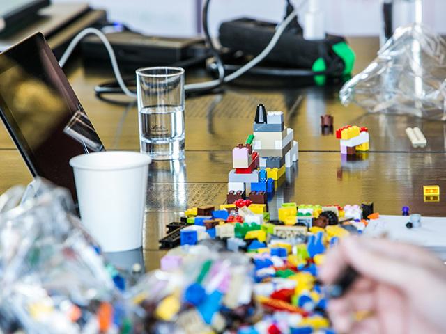 Laptop und Lego Steine