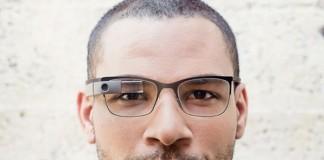 Mann trägt Google Glass
