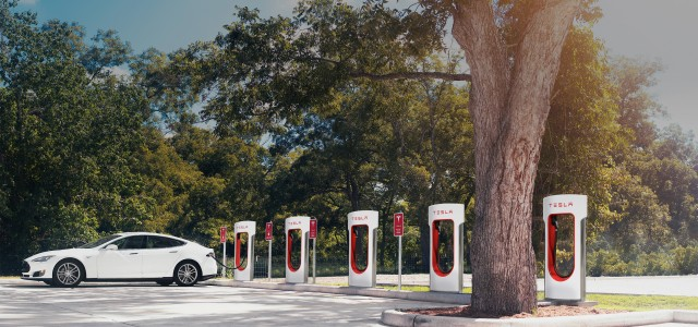 Tanken 2.0: In 20 Minuten laden die Supercharger die Batterien wieder auf (Bild: Tesla Motors)