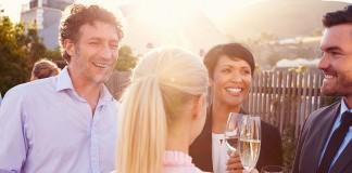 Geschäftspartner führen Small Talk auf einem Networking Event