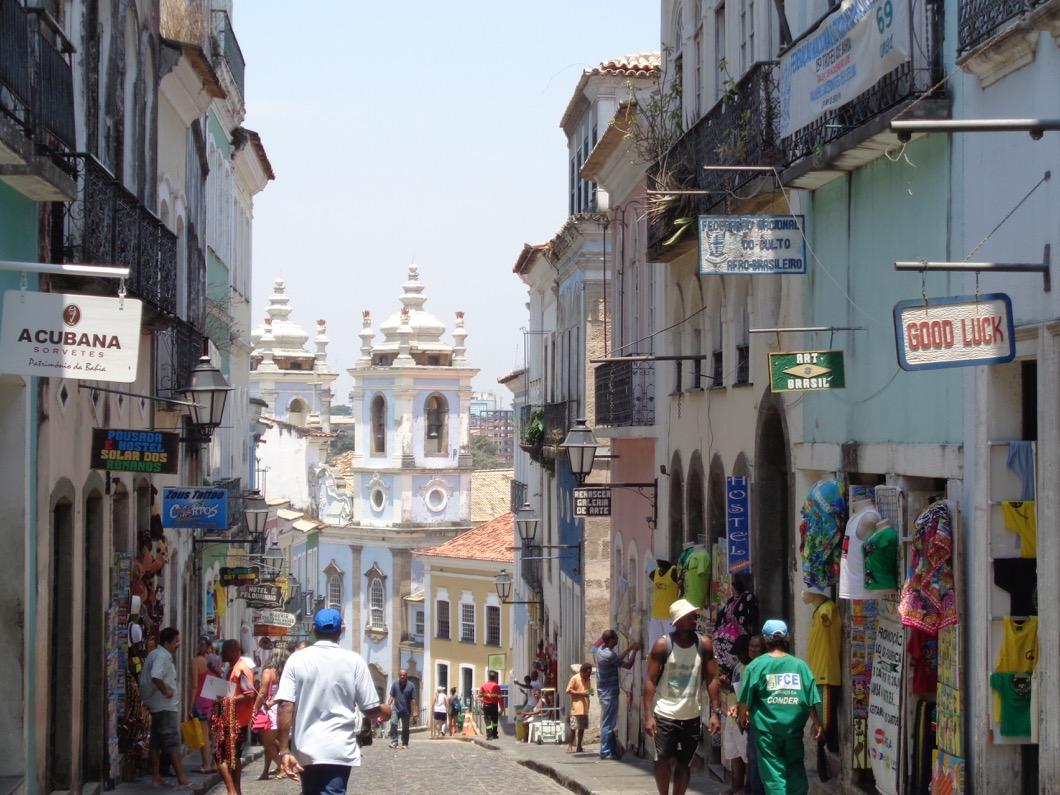 Eine Gasse in der brasilianischen Stadt Salvador