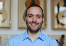 Auf dem Bild ist Manuel Sicca von Siccas Guitars zu sehen - er spricht im Interview über E-Commerce und Social Media.