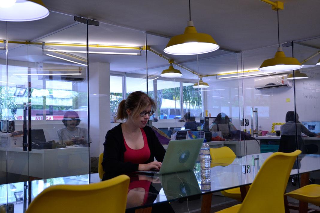 Ute klingelöfer sitzt im Co-Working Spaca an einem Arbeitsplatz
