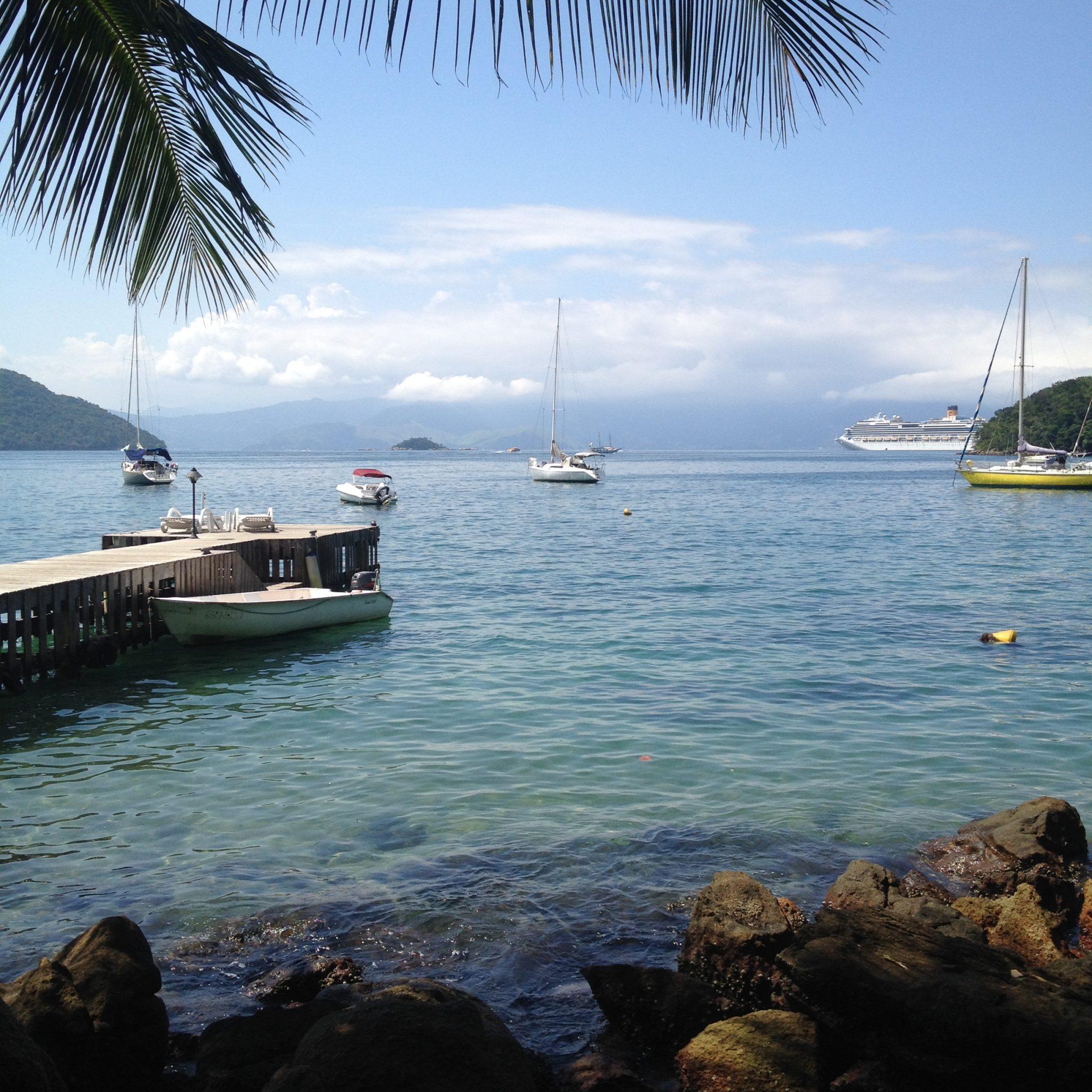 Blick aus Meer an der Ilha Grande