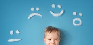 Junge mit Emoticons