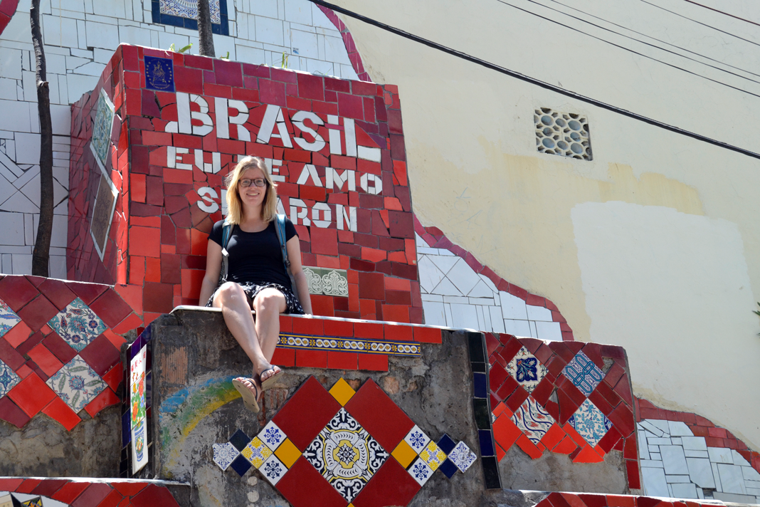 Ute Klingelhöfer vor einer roten Wand