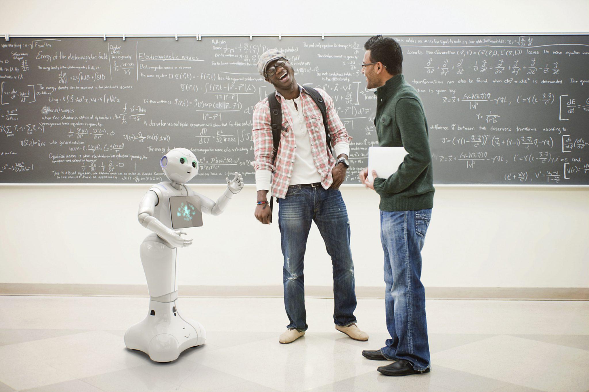 Der Roboter Pepper spricht mit zwei Männern.