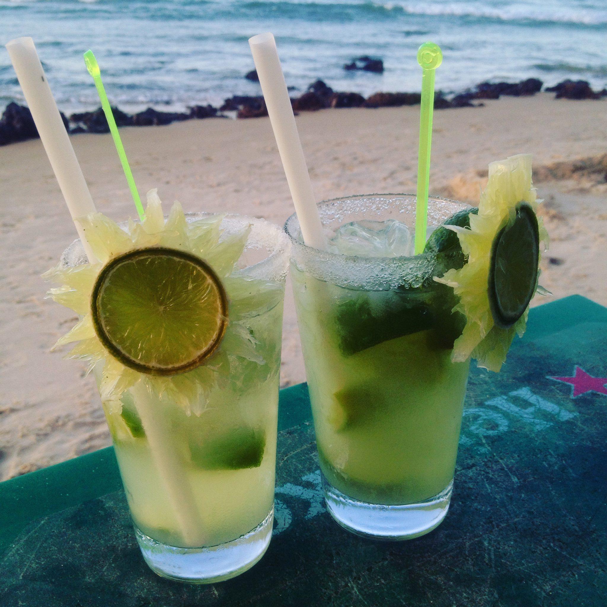 Zwei Cocktails am Strand