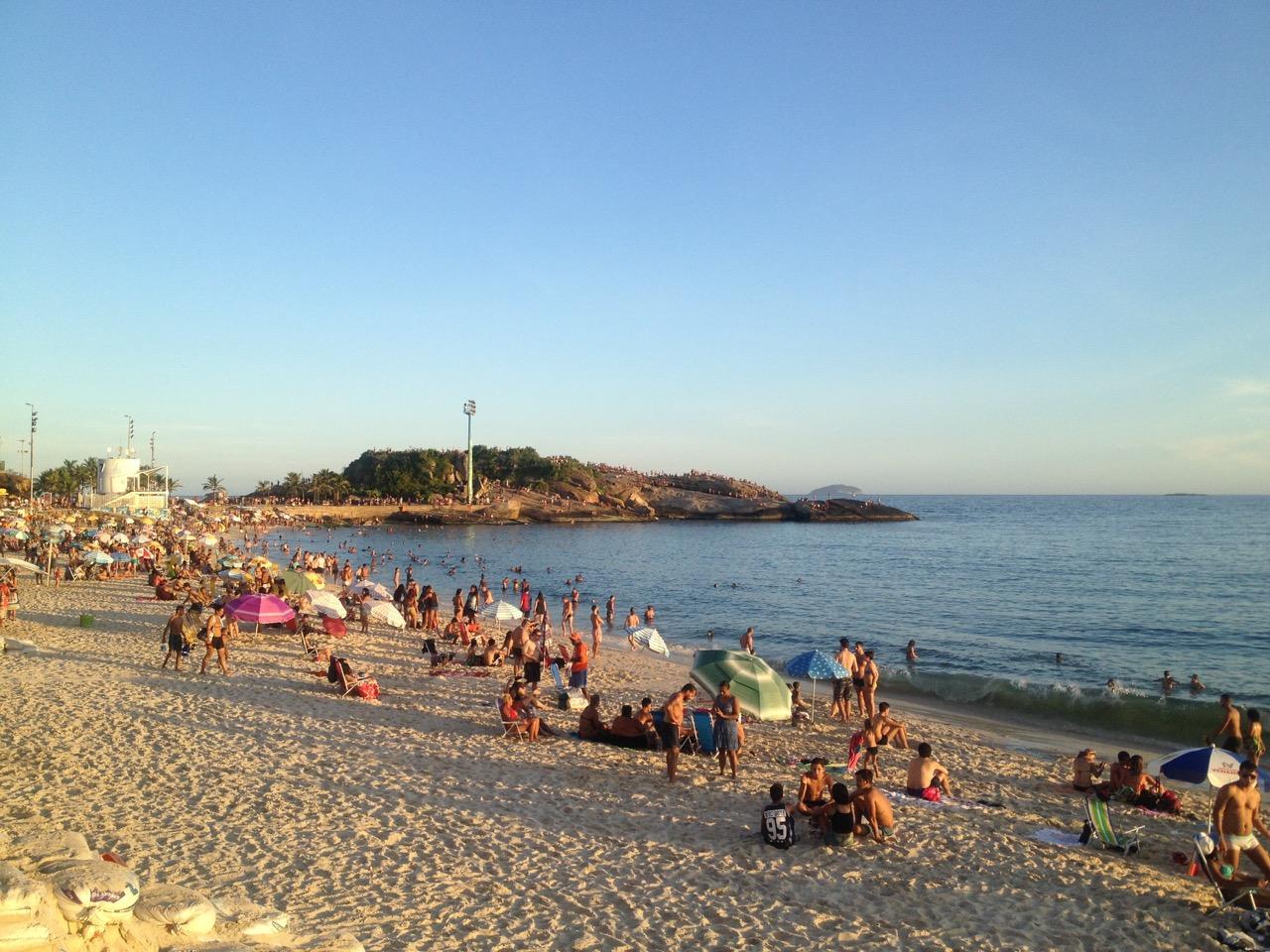 Menschen an einem Strand in Brasilien
