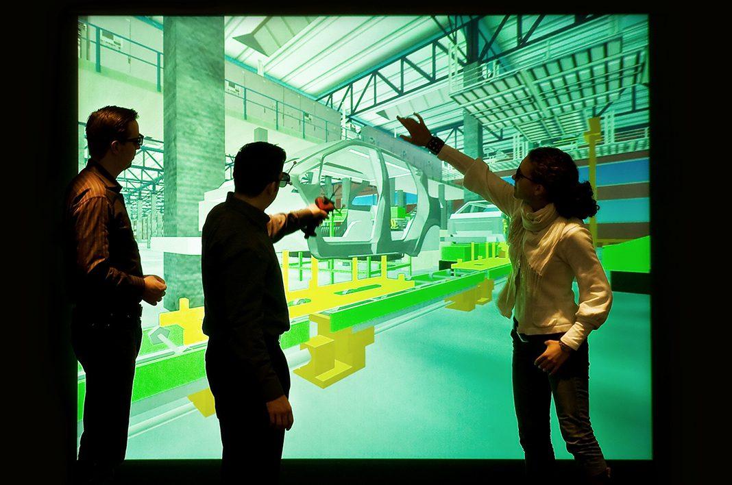 Drei Personen arbeiten mit einer Virtual Reality Anwendung