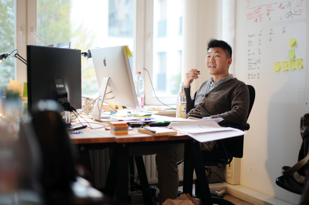 Nabb sitzt am Schreibtisch im Büro