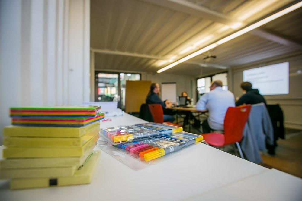 Stifte und Post-Its in einem Workshopsraum
