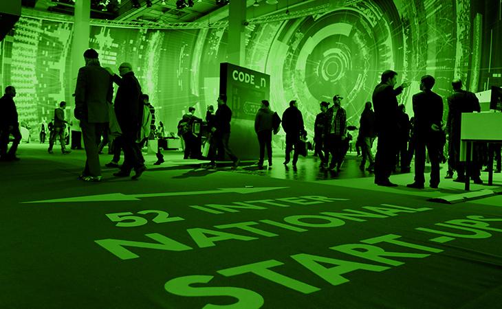 In den riesigen Hallen des Kunst und Medientechnologie findet zwischen Besuchern, Gründern und Investoren ein reger Austausch statt.(Bild: https://www.newnewfestival.com/)