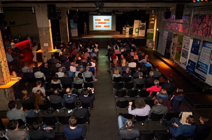 Das gespannte Publikum bei der Keynote Dr. Holger Schmidts (Bild: Sven Lorenz / artwork & communication)
