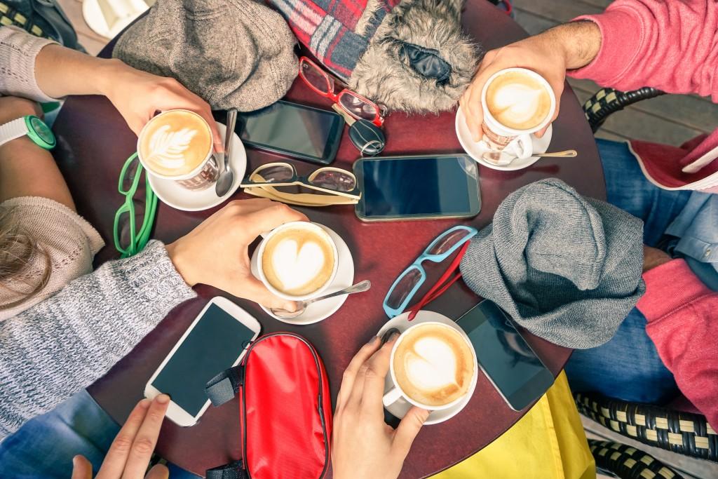 Einen Versuch ist es wert: Wer in Gesellschaft bewusst sein Smartphone wegpackt, tut nicht nur sich sondern auch seinen Gesprächspartnern eine Freude. (Bild: ViewApart/ iStock/ Thinkstockphotos)