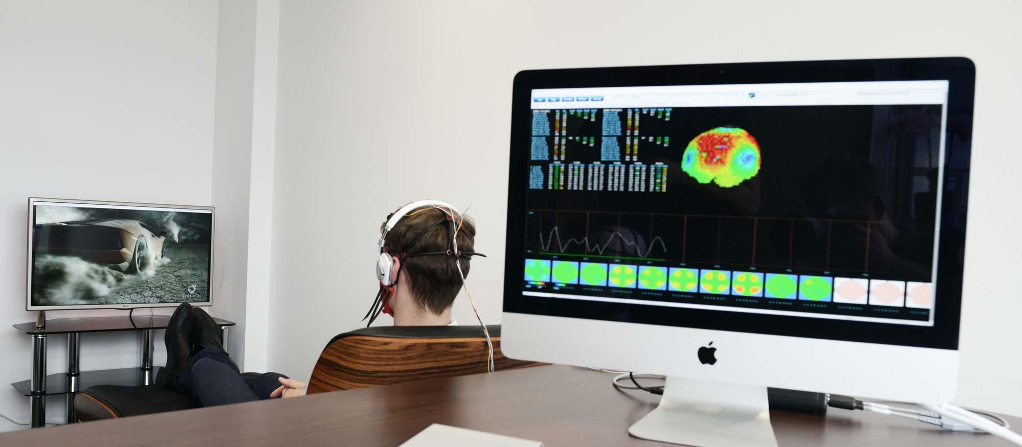Patient bei einer Neurofeedback Behandlung