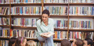 Lehrerin liest Schülern ein Buch vor