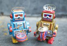 Spielzeugroboter mit Musikinstrumenten