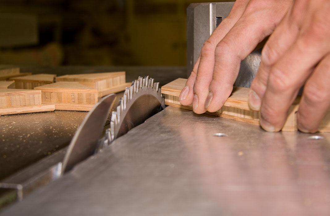 Handwerker an der analogen Tischkreissäge