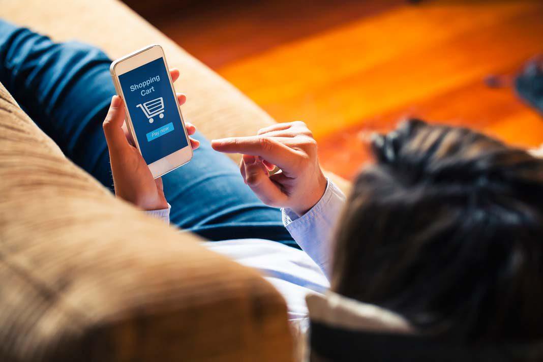 E-Commerce in Deutschland boomt und wird mittlerweile oft auf dem Smartphone zelebriert.