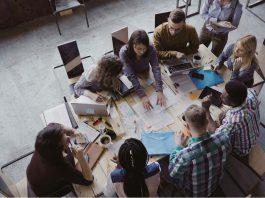 Holokratie wird zunehmend als Feldversuch in Unternehmen implementiert. Aber was steckt eigentlich hinter der Demokratie innerhalb des Unternehmens?