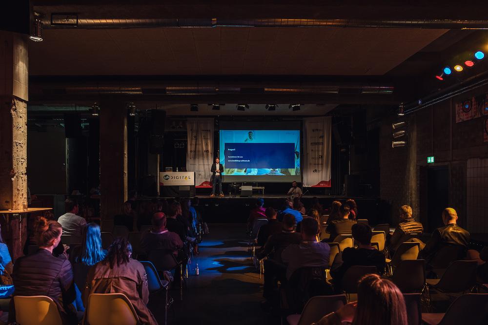 hallo.digital 2019: Ein Vortrag auf der Bühne im Substage.