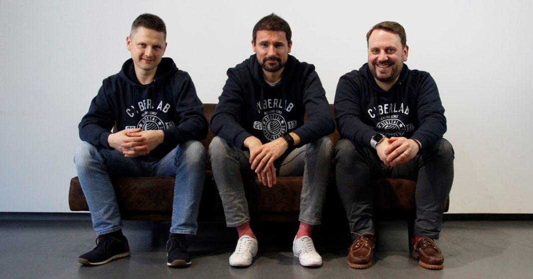 Drei Männer sitzend auf der Couch