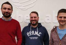 Drei männliche Personen vor CyberLab-Branding