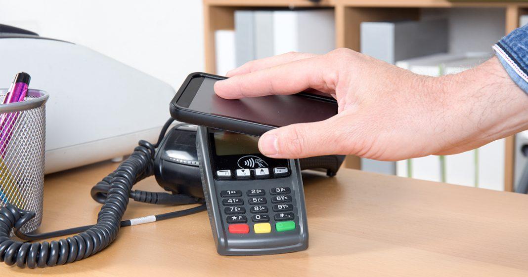 Handy wird auf Eingabegerät gelegt.