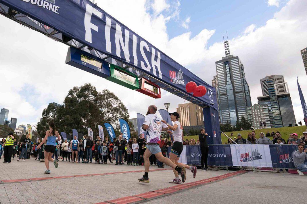 Menschen joggen über eine Ziellinie