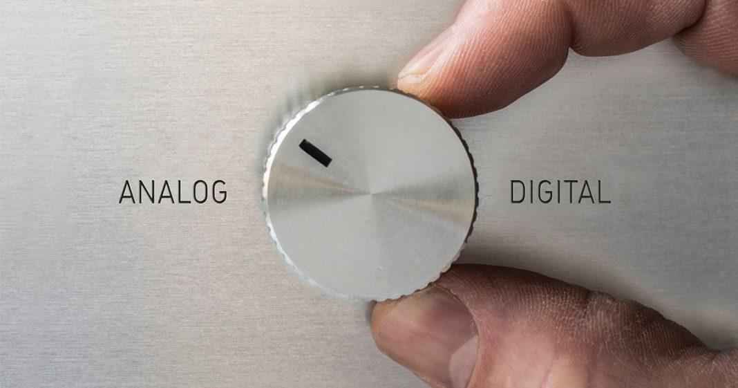 Finger dreht an Scheibe Analog zu Digital