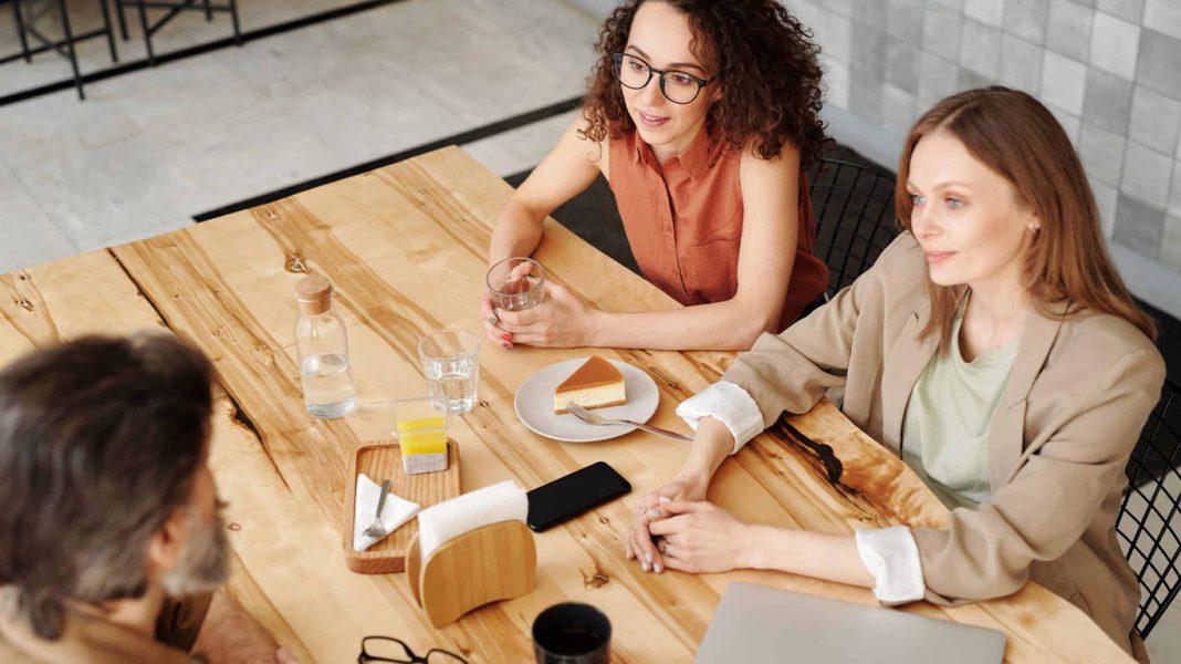 Gespräch am Tisch